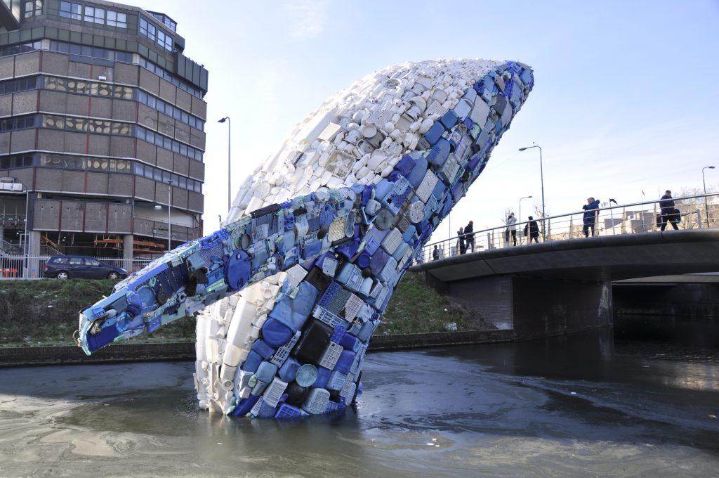 Walvis van plastic n de Utrechtse singel