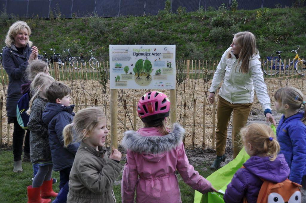 Wethouder gemeente Utrecht, Lot van Hooijdonk, opent Tiny Forest in Hoograven in Utrecht met kinderen