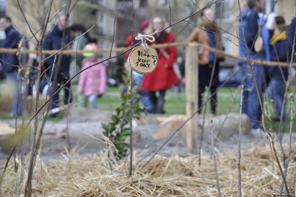 Bordje hangt aan net geplant boompje in het Tiny Forest Eigenwijze Artan