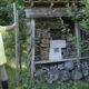 Henk van Berkel bij het insectenhotel